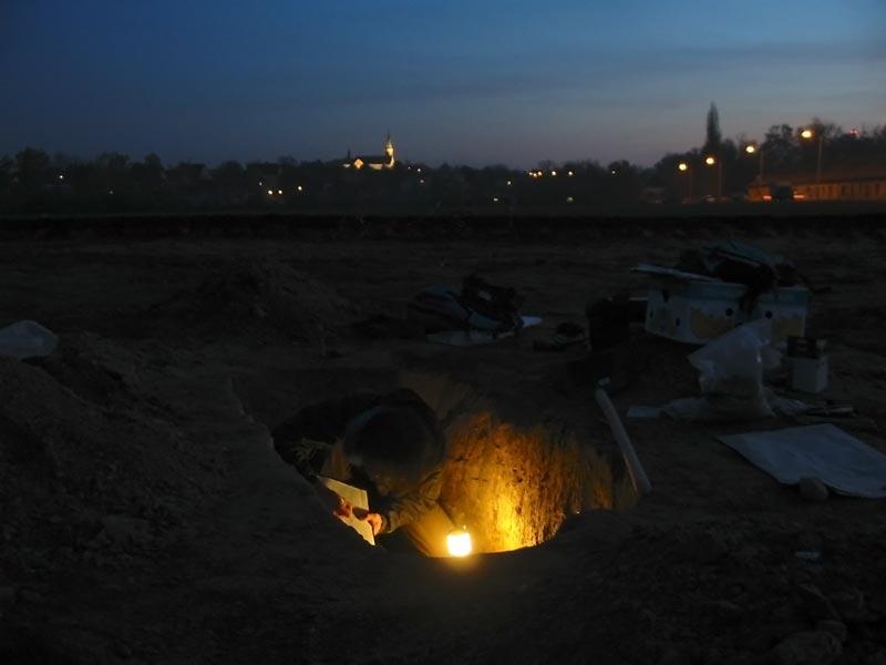 Dokumentace kostrového hrobu v listopadu 2006.