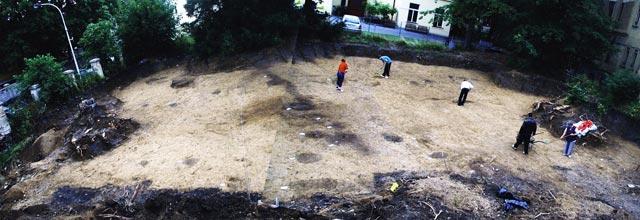 Pohled na plochu výzkumu s půdorysem domu