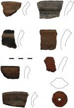 Ukázka nálezů keramiky ze závěru raného středověku. Dokumentace se soustředí na okraje nádob, jejichž tvar časově proměnlivý, a který proto umožňuje datování.