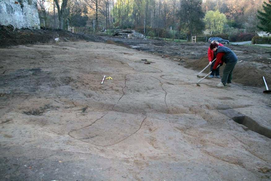 Plocha naleziště během začišťování a vyznačení nemovitých nálezů.