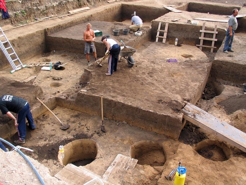 Výzkum kulturní vrstvy ve čtvercích, odkryv domu kultury s lineární keramikou.