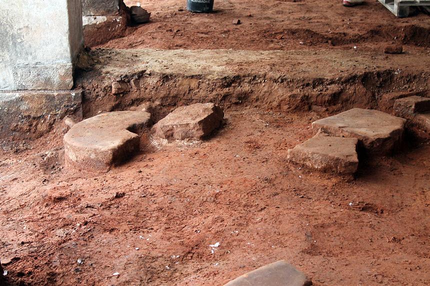 Opracované kameny zpod dlažby