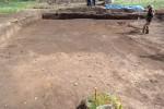 Začišťování plochy 1 s obrysem zahloubené polozemnice v popředí