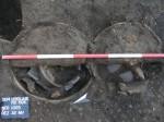 Dvě keramické nádoby z pozdní doby bronzové zapuštěné do terénu