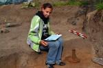 Katka při dokumentaci polozemnice