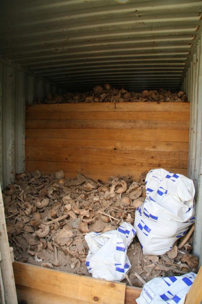 04 Uložení kostí v kontejneru (foto MH)